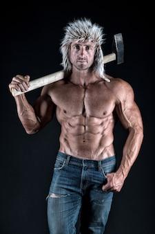 残虐行為は新しいセクシーです。木こりウッドマンセクシーな裸の筋肉の胴体。男残忍な魅力的な男。斧の森の装備。男残忍なセクシーな木こりは斧を運びます。男性的なコンセプト。エロ木こり。