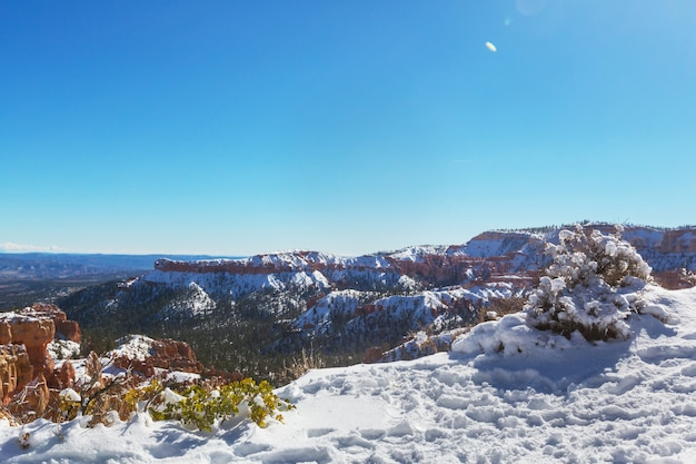 Брайс-каньон со снегом в зимний сезон.