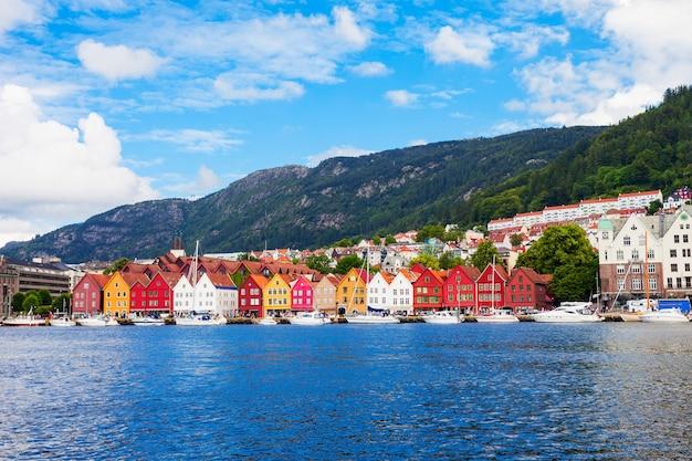 ブリッゲンは、ノルウェーのベルゲンにあるヴァーゲン港にある一連の商業ビルです。