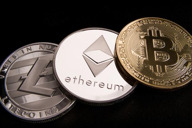 Концепция криптовалютной биткойны, btc, ethereum, litecoins, золотые и серебряные монеты