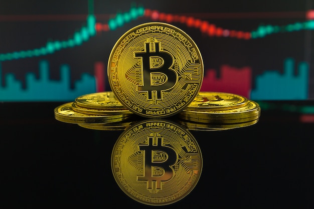 Восходящий тренд и нисходящий тренд криптовалюты биткойн показаны зелеными и красными свечами. монета btc перед торговым графиком