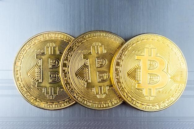 Золотая биткойн металлическая монета. btc