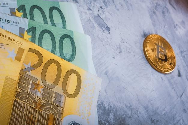現金とビットコインbtcのクローズアップのユーロ