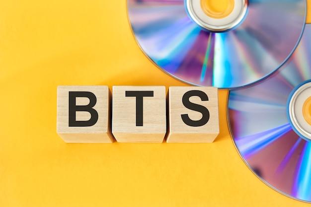 나무 큐브와 bts 개념 cd 배경에 bts 단어