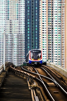 Поезд bts sky в бангкоке со зданием
