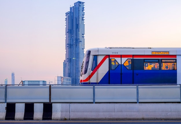 방콕 도시에 방탄 소년단 skytrain