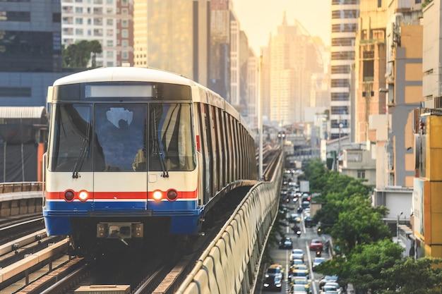 Btsスカイトレインがバンコクのダウンタウンを走っています。スカイトレインはバンコクで最速の交通手段です