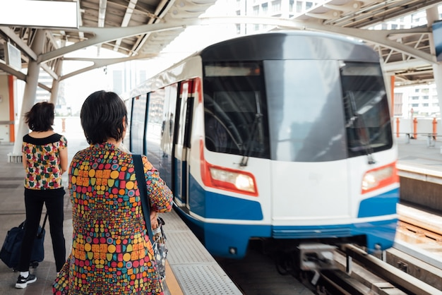 バンコク、タイ。バンコクでbtsスカイトレイン列車が運行
