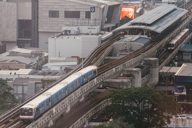 Пассажирский поезд bts, идущий до станции сиам с эффектом загрязнения воздуха, сделал видимость низкой.