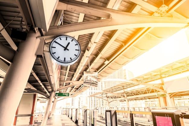 タイのバンコクにあるbtsスカイトレイン駅の時計