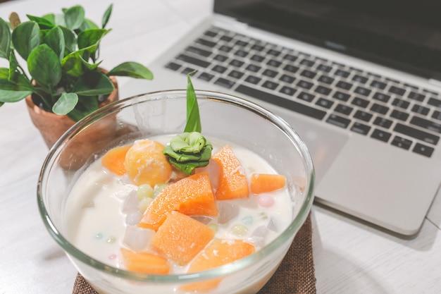 Тайский десерт bualoy в стеклянной чашке содержит пасту на столе
