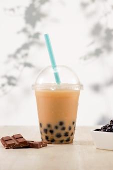 Пузырьковый чай боба с молоком и жемчугом тапиоки в пластиковой чашке