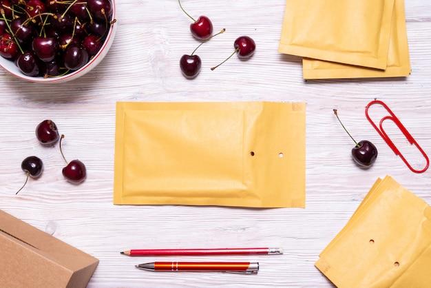 チェリー、夏のコンセプトと木製のテーブルの上のバブルの封筒