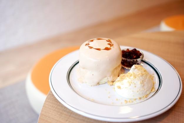 버블 밀크티 수플레 팬케이크 디저트. 생크림과 거품을 얹은 일본의 푹신한 팬케이크 또는 흑설탕 시럽을 곁들인 보바 진주.