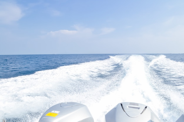 スピードボートのバブル波