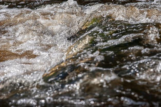 Пузыри с пеной на пороге реки
