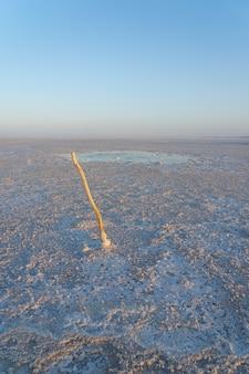 Бурлящий пруд на соляных равнинах озера асале в долине данакиль в эфиопии, африка