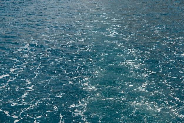 보트 모터에서 부글거리는 물과 바다 거품, 물 운동의 개념, 자갈 바다 색.