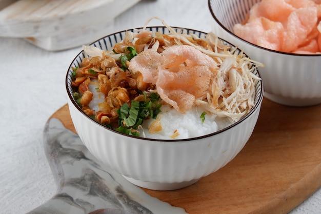 Bubur ayamor 잘게 썬 닭고기와 함께 제공되는 인도네시아 쌀 죽