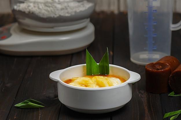 부부르 섬섬 또는 야자 설탕을 곁들인 쌀가루 코코넛 밀크의 자바식 디저트 죽