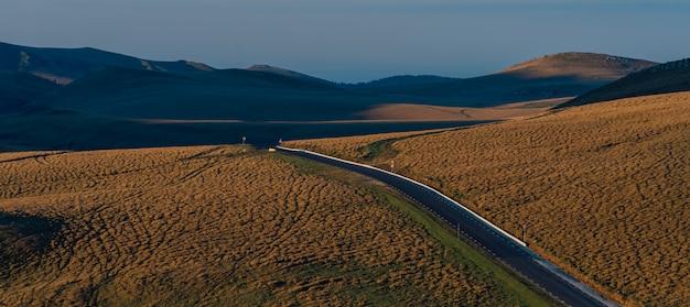 Дорога парка bucegi, величественный восход солнца в ландшафте montain. время заката карпаты, румыния, европа. мир красоты.