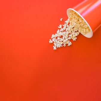 Ведро попкорна с пространством слева