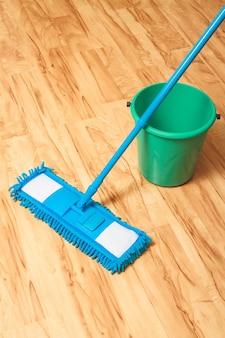 水のバケツと床にモップ