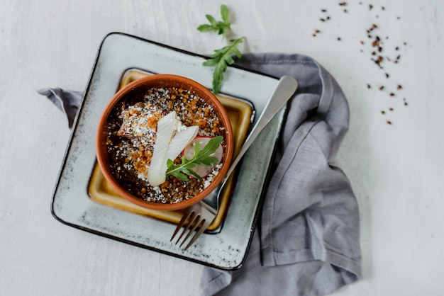 Bucket porridge with chicken and onion