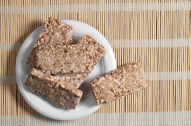 대나무 냅킨에 접시에 메밀 바삭한 빵, 위쪽 전망. 건강식 프리미엄 사진