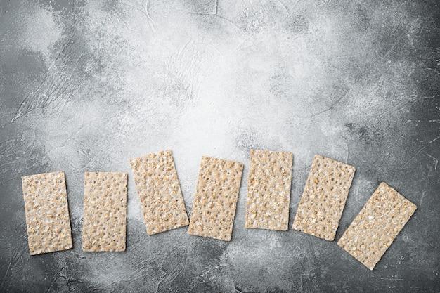 메밀 바삭 바삭한 빵 세트, 회색 돌 테이블, 평면도 평면 누워