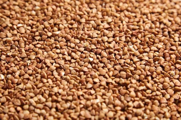 そば粉は背景として茶色の穀粒を乾燥させます