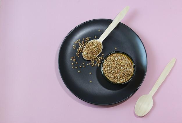 건강한 식단을 위한 그릇에 담긴 메밀 글루텐 프리 곡물