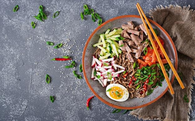 牛肉、卵、野菜を入れたそば麺。韓国料理。そばパスタスープ。上