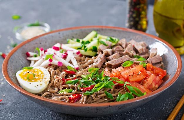 牛肉、卵、野菜を入れたそば麺。韓国料理。そばパスタスープ。