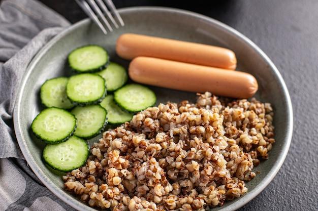 ソーセージとキュウリのサラダが入ったそば粥新鮮な部分はすぐに食事の軽食を食べる準備ができています
