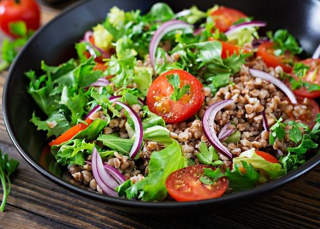 체리 토마토, 붉은 양파, 신선한 허브와 함께 메밀 샐러드. 비건 음식. 다이어트 메뉴.