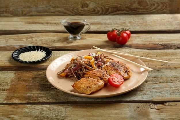 そばと野菜と鶏肉の箸