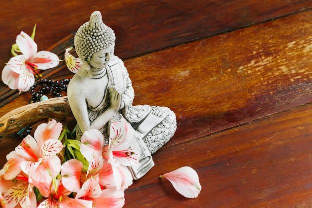 Будайская скульптура с лепестками