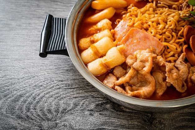 부대 찌개 또는 부대 찌개 (육군 스튜 또는 육군 기지 스튜). 김치, 스팸, 소세지,라면 등이 가득합니다-인기있는 한국식 전골 음식 스타일