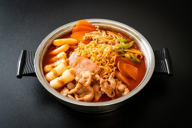 부대찌개 또는 부대찌개(육군 스튜 또는 육군 기지 스튜). 김치, 스팸, 소세지, 라면 등이 가득 들어 있습니다. 한국의 인기있는 냄비 요리 스타일