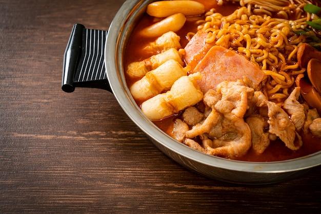 プデチゲまたはブデチゲ(陸軍シチューまたは陸軍基地シチュー)。キムチ、スパム、ソーセージ、ラーメンなどが満載です-人気の韓国の鍋料理スタイル