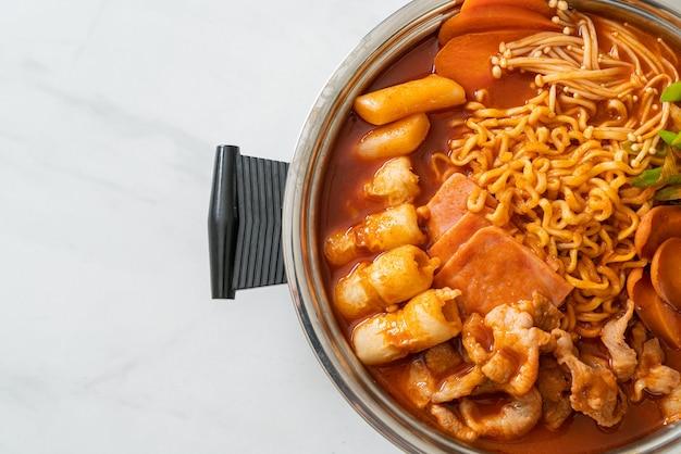 부대 찌개 또는 부대 찌개 (육군 스튜 또는 육군 기지 스튜). 김치, 스팸, 소세지,라면이 듬뿍 들어있어 인기있는 한국식 전골 요리
