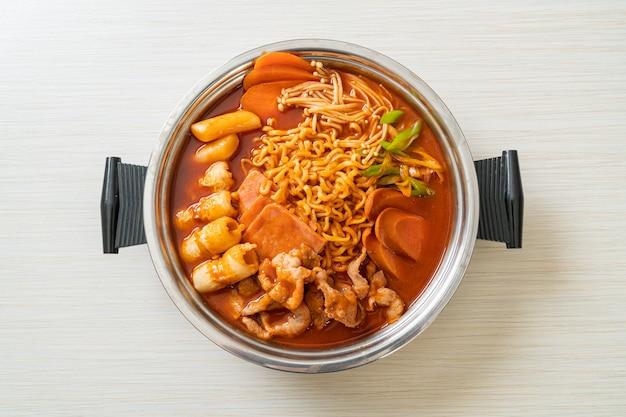 Budae jjigae или budaejjigae (армейское тушеное мясо или армейское базовое тушеное мясо). он загружен кимчи, спамом, сосисками, лапшой рамэн.