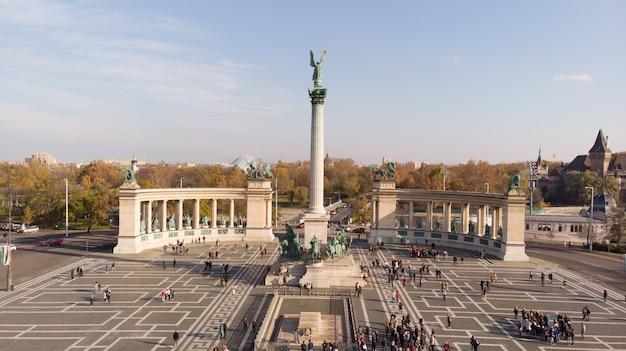 ブダペスト、ハンガリー-英雄広場とブダペストのスカイラインの上からエンジェル彫刻のドローンからの空中ショット