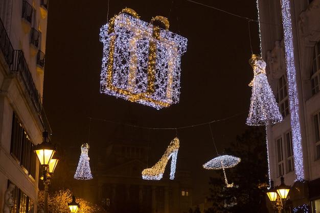 부다페스트 헝가리 바치 거리의 빛나는 크리스마스 트리와 관광객 아름다운 쇼핑 거리