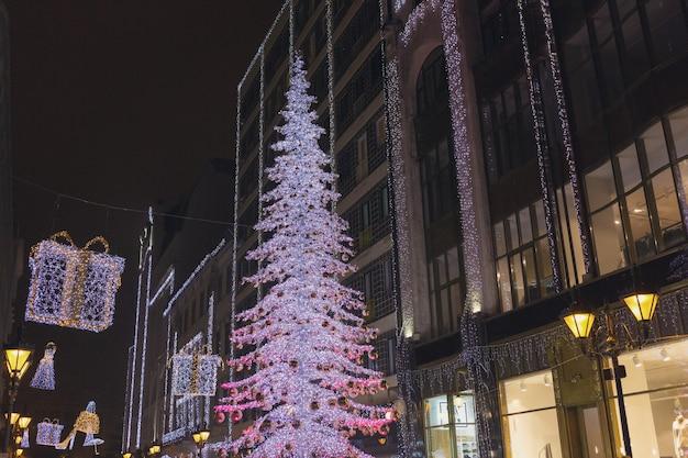 부다페스트 헝가리 바치 거리의 빛나는 크리스마스 트리와 관광객