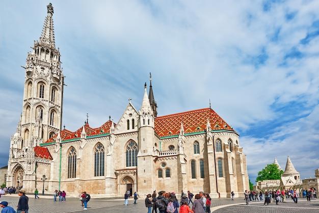 Будапешт, венгрия 03 мая 2016: церковь святого матьяша в будапеште. люди рядом. один из главных храмов венгрии.
