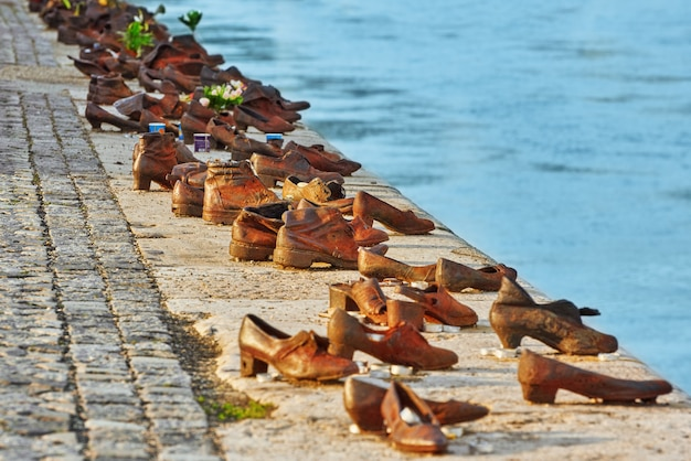 Будапешт, венгрия 04 мая 2016: историческая скульптура \ художественная установка «обувь на дунае» в память о евреях, убитых во время второй мировой войны.
