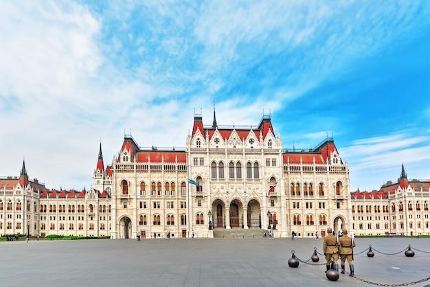 Будапешт, венгрия 04 мая 2016: солдаты возле главного входа в венгерский парламент. панорамный вид. венгрия.