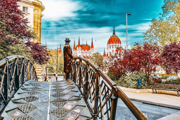 Будапешт, венгрия - 4 мая 2016: статуя на железном мосту - памятник имре надю (дню памяти), на задней сцене-венгерском парламенте. будапешт. венгрия.